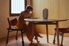 La foto mostra una donna di età avanzata che scrive, lo scopo rappresentare le pensioni dei giornalisti.