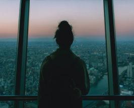 Donna alla finestra in metropoli